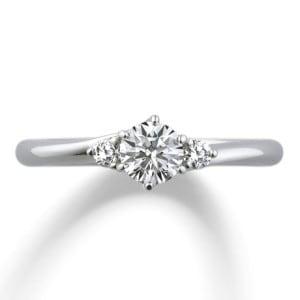 婚約指輪人気2位、中央のダイヤモンドにメレダイヤが寄り添うデザイン「アイグレイ」