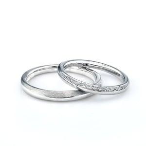 結婚指輪人気2位、羽がモチーフデザインでストレートとV字の2種類がある「プリューム」