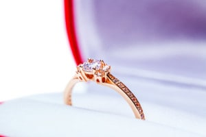婚約指輪でサプライズプロポーズするイメージ