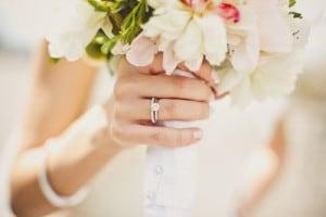 好みの婚約指輪を見つけるイメージ