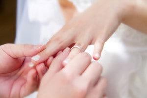 左手の薬指に結婚指輪をつける