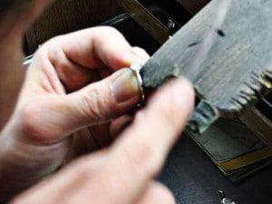 しっかりした指輪を作っているイメージ