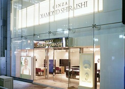 名古屋本店の全面ガラス張りの外観