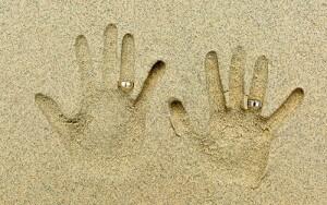 砂に手形と指輪をつけて撮る